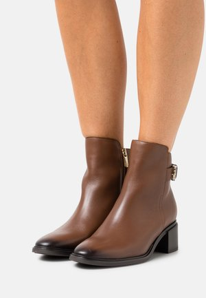 HARDWARE MID HEEL BOOT - Classic ankle boots - winter cognac