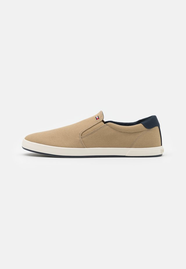 ICONIC - Sneaker low - camel