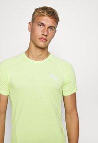 Puma - EVOSTRIPE TEE - Camiseta básica - sharp green - 4