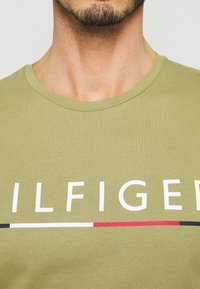 Tommy Hilfiger - GLOBAL STRIPE TEE - T-shirt con stampa - green - 5