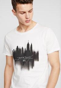 Jack & Jones - JORDARK CITY TEE CREW NECK REGULAR - T-shirt print - cloud dancer - 6