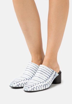 Pantofle na podpatku - white/black