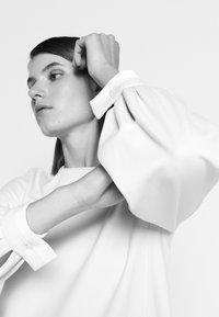Victoria Victoria Beckham - BELL SLEEVE SHIFT DRESS - Sukienka letnia - cream - 5