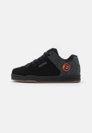 TILT - Skateschoenen - black split/orange