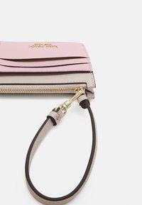 kate spade new york - CARD CASE WRISTLET - Peněženka - tutu pink/crisp linen - 3
