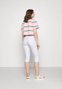 Vero Moda - VMSEVEN BUTTON FLY - Denim shorts - bright white - 2