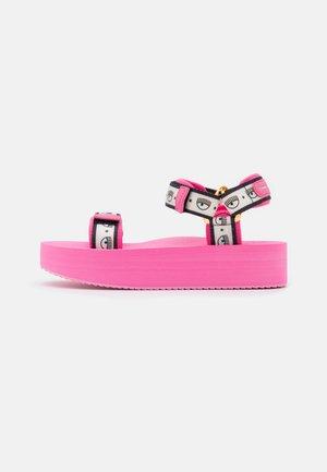 LOGOMANIA - Korkeakorkoiset sandaalit - pink