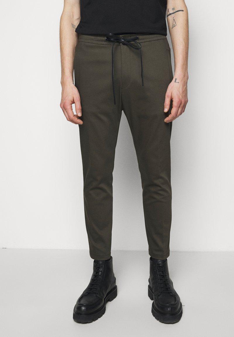 DRYKORN - JEGER - Trousers - mottled olive