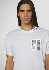 Versace Jeans Couture - Triko spotiskem - bianco ottico - 4