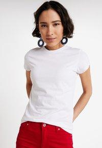 Zalando Essentials - Basic T-shirt - bright white - 0