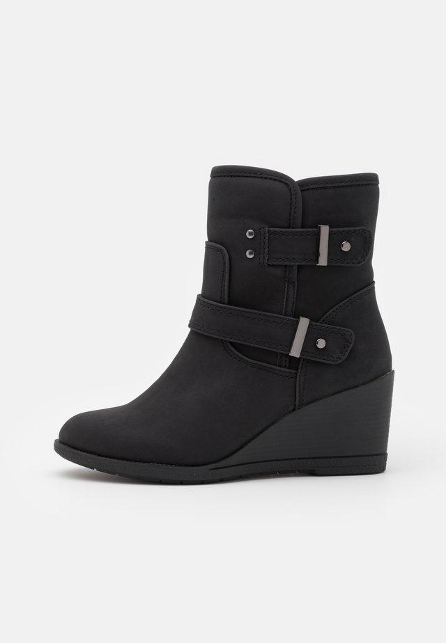 WIDE FIT PANSY - Enkellaarsjes met sleehak - black