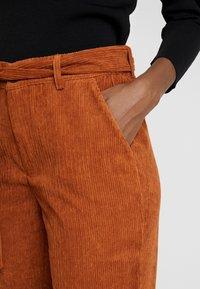 Kaffe - KAROKSY PANTS - Pantalon classique - ginger bread - 5