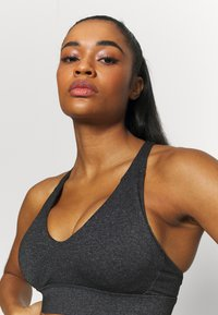 Cotton On Body - WORKOUT TRAINING CROP - Medium support sports bra - charcoal marle - 5