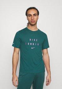 Nike Performance - RUNNING DIVISION MILER - Printtipaita - dark teal green - 0