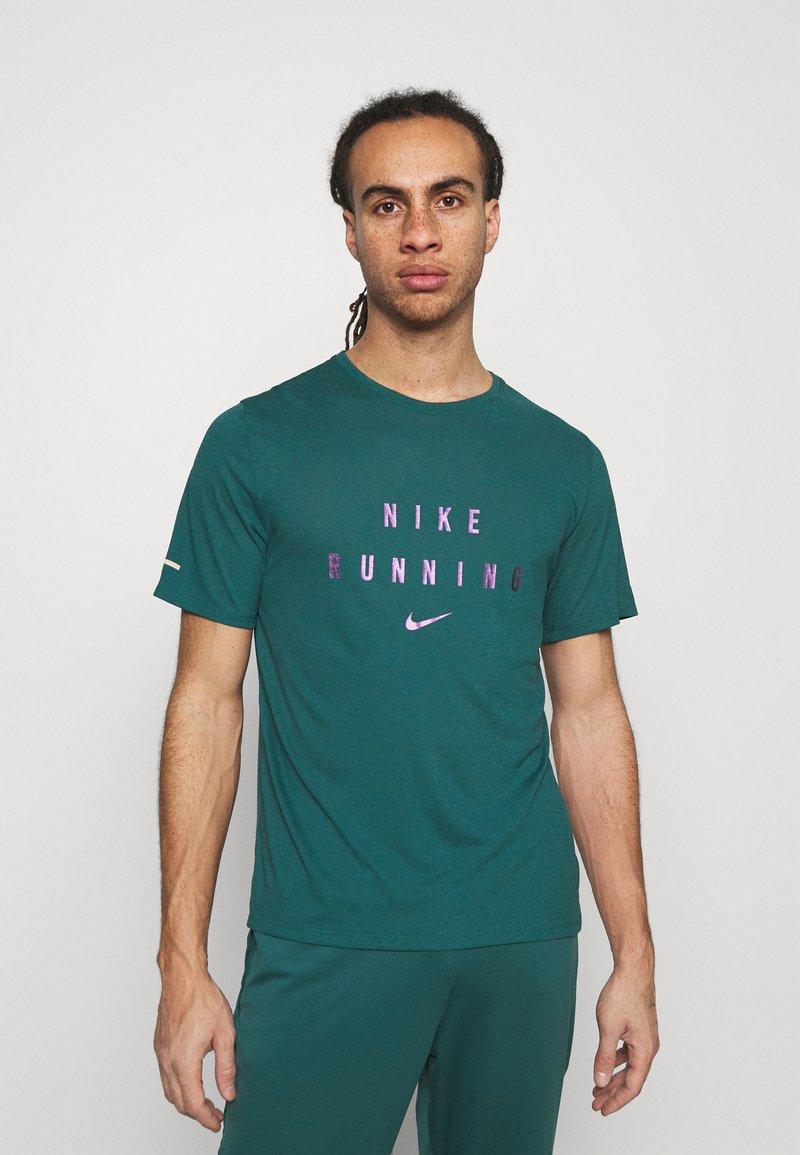 Nike Performance - RUNNING DIVISION MILER - Printtipaita - dark teal green