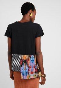 Desigual - FLORENCIA - T-shirt z nadrukiem - black - 2