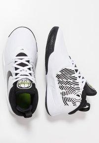 Nike Performance - TEAM HUSTLE D 9 UNISEX - Basketbalové boty - white/black/volt - 0