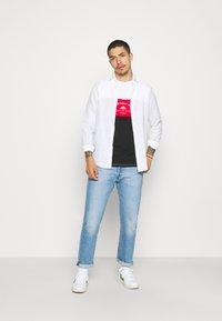 Newport Bay Sailing Club - BLOCK - Print T-shirt - black/red/white - 1