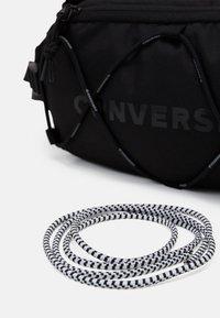 Converse - SWAP OUT SLING UNISEX - Ledvinka - black - 3