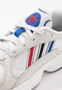adidas Originals - YUNG-1 - Sneakersy niskie - crystel white/silver metallic/core black - 5