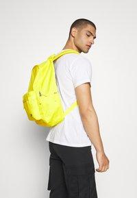 Nike Sportswear - AIR HERITAGE  - Sac à dos - opti yellow/black - 4