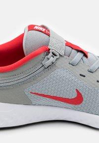 Nike Performance - REVOLUTION 5 FLYEASE - Zapatillas de running neutras - light smoke grey/university red/photon dust - 5
