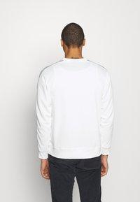 Nike Sportswear - REPEAT CREW - Long sleeved top - white/light smoke grey - 2