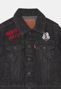 Levi's® - MICKEY MOUSE TRUCKER UNISEX - Denim jacket - washed black - 2