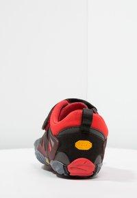 Vibram Fivefingers - V-TRAIN - Obuwie treningowe - grey/black/red - 3