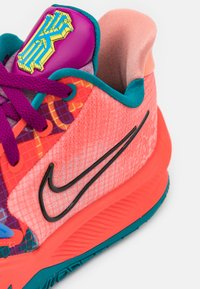 Nike Performance - KYRIE LOW 4 - Basketball shoes - bright crimson/black/red plum - 5