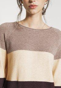 ONLY - ONLLILLO DRESS - Pletené šaty - woodsmoke/oatmeal mel/chicory coffe - 5