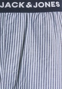 Jack & Jones - JACSTRIP PANTS - Pyžamový spodní díl - light grey melange - 2