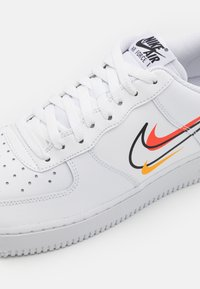 Nike Sportswear - AIR FORCE 1  - Matalavartiset tennarit - white/black/team orange/university gold/smoke grey - 5