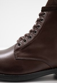Sneaky Steve - PEAKER - Botines con cordones - brown - 5