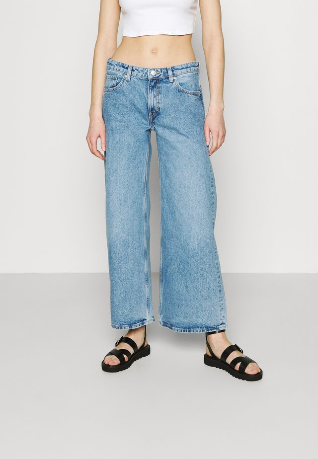 RAY LOW - Flared Jeans - hanson blue