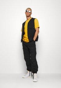 Carhartt WIP - UNIVERSITY SCRIPT  - Basic T-shirt - colza/black - 1