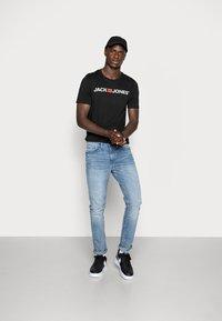 Jack & Jones - JJECORP LOGO CREW NECK  - Print T-shirt - black - 1