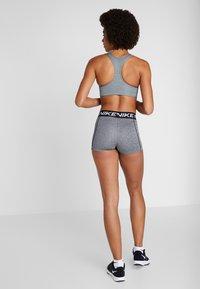 Nike Performance - FUTURA BRA - Sujetadores deportivos con sujeción media - smoke grey/pure/black - 2
