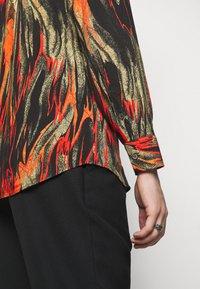 Vivienne Westwood - BUTTON KRALL - Shirt - black/orange/olive - 7