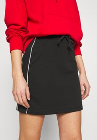 Converse - TWISTED VARSITY SKIRT - Mini skirt - black - 4