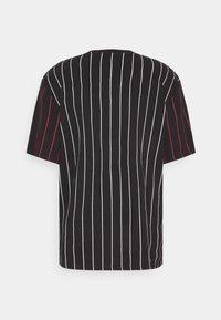 Karl Kani - UNISEX SMALL SIGNATURE PINSTRIPE TEE - T-shirt imprimé - black - 7