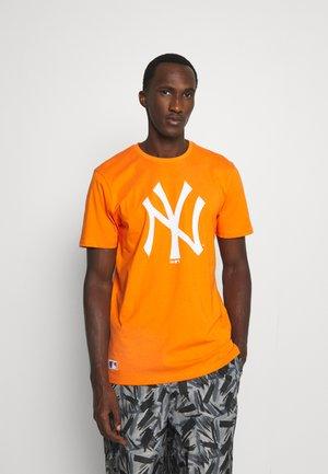 MLB NEW YORK YANKEES SEASONAL TEAM LOGO TEE - Squadra - orange/white