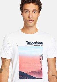 Timberland - T-shirt med print - white - 4
