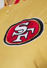 New Era - NFL SAN FRANCISCO 49ERS NFL TEAM WORDMARK - Giacca sportiva - gold - 5