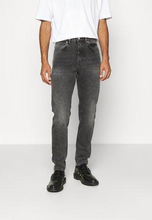 COOPER TAPERED - Zúžené džíny - dark grey