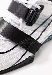Nike Performance - ROMALEOS UNISEX - Treningssko - white/black - 5