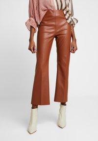 Soaked in Luxury - KAYLEE KICKFLARE PANTS - Stoffhose - mocha bisque - 0