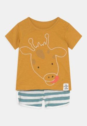 BABY GIRAFFE OUTFIT SET - T-shirt print - dark gold