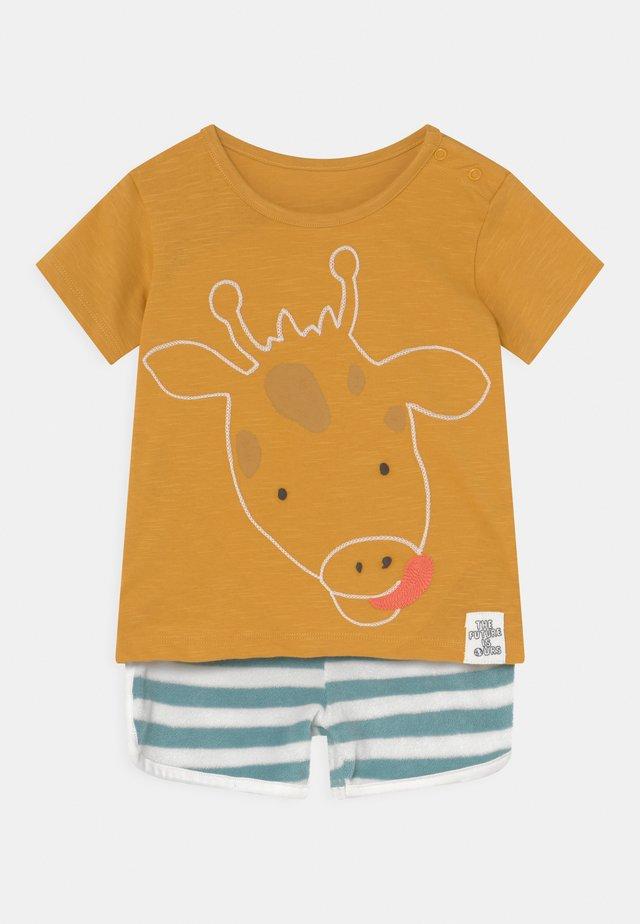 BABY GIRAFFE OUTFIT SET - T-shirt con stampa - dark gold