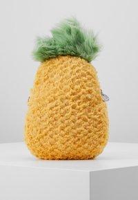 Jellycat - AMUSEABLE PINEAPPLE BAG - Taška spříčným popruhem - yellow - 3